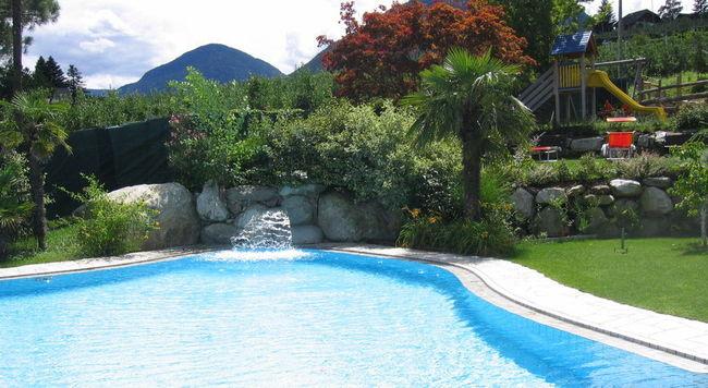 Magnifique Jardin Au Flair Mediterraneen Avec Piscine Et Whirlpool